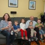 Photo des petits-enfants avec grand-maman Marie et grand-papa Denis