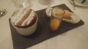 Soufflé au cacao, coulis de kumquat et fruit de la passion, glace au caramel beurre salé